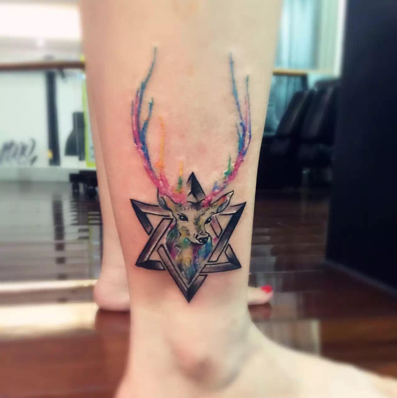 花店小铺店主薛小姐的脚踝处六芒星麋鹿纹身图案