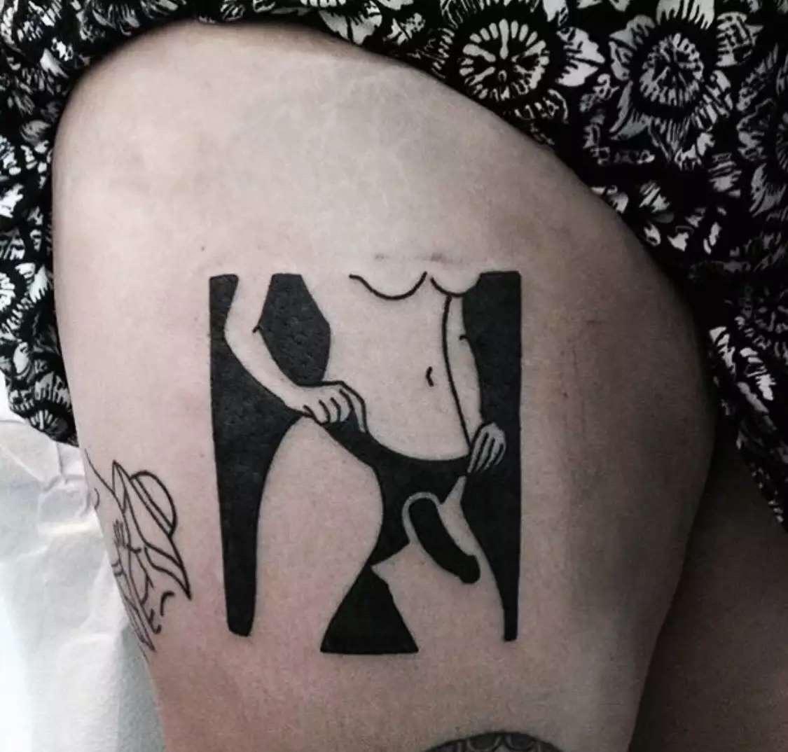 但如果仔细观察,我们会发现这款纹身图案背景是黑色实心,美女的身体是