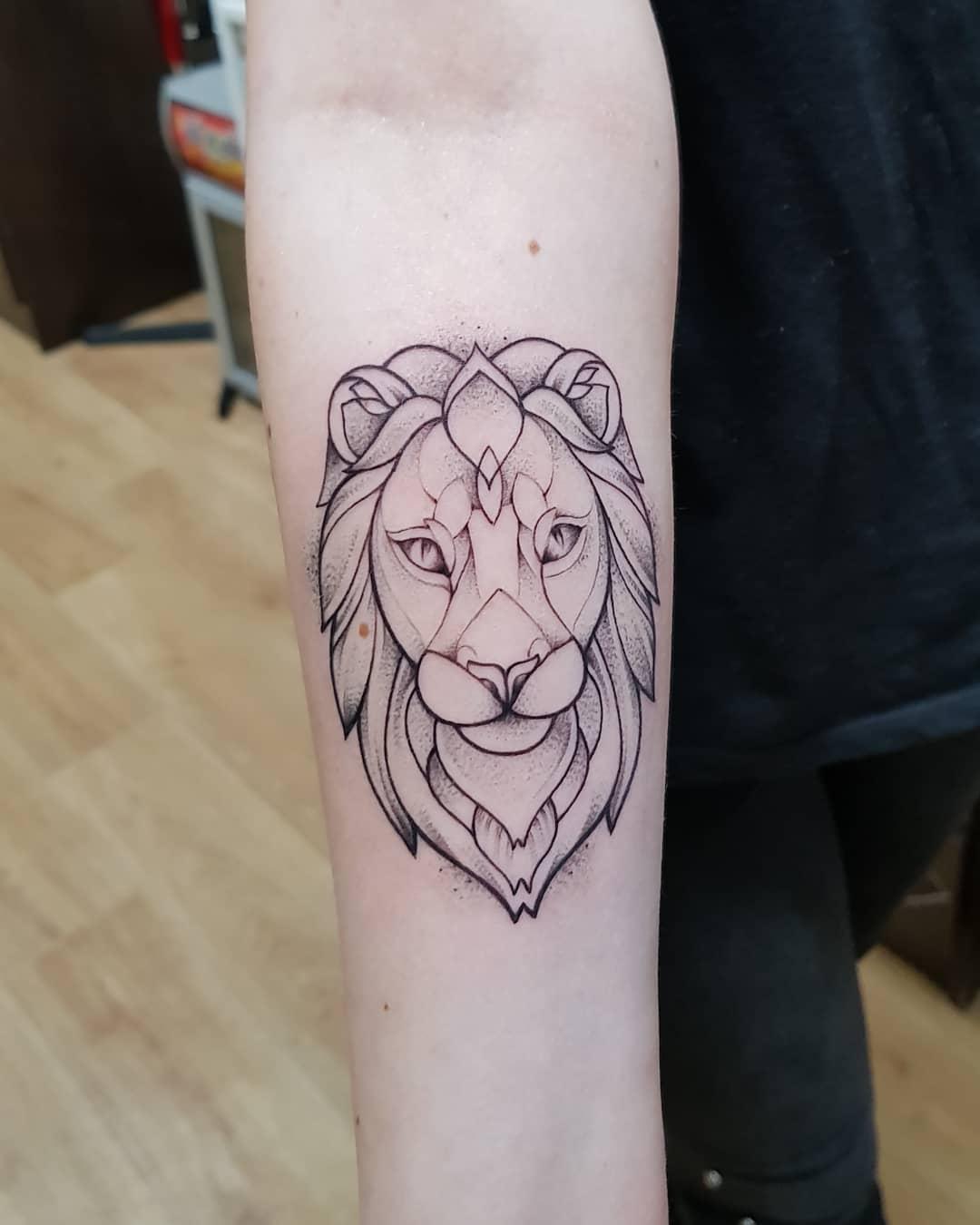 沈阳城中艺景做营养师的武先生小臂狮子纹身图案