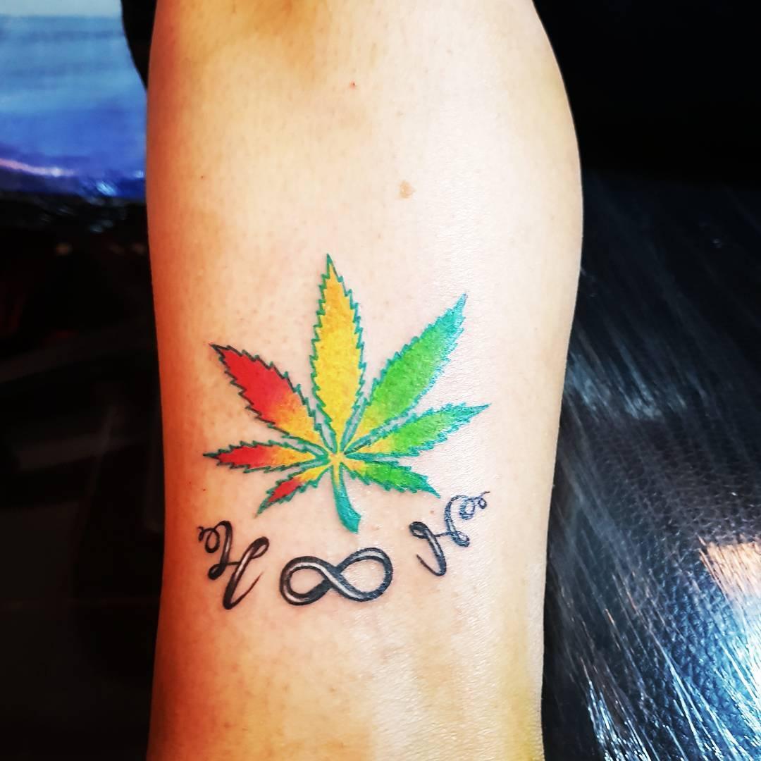 党小姐小臂枫叶英文字纹身图案