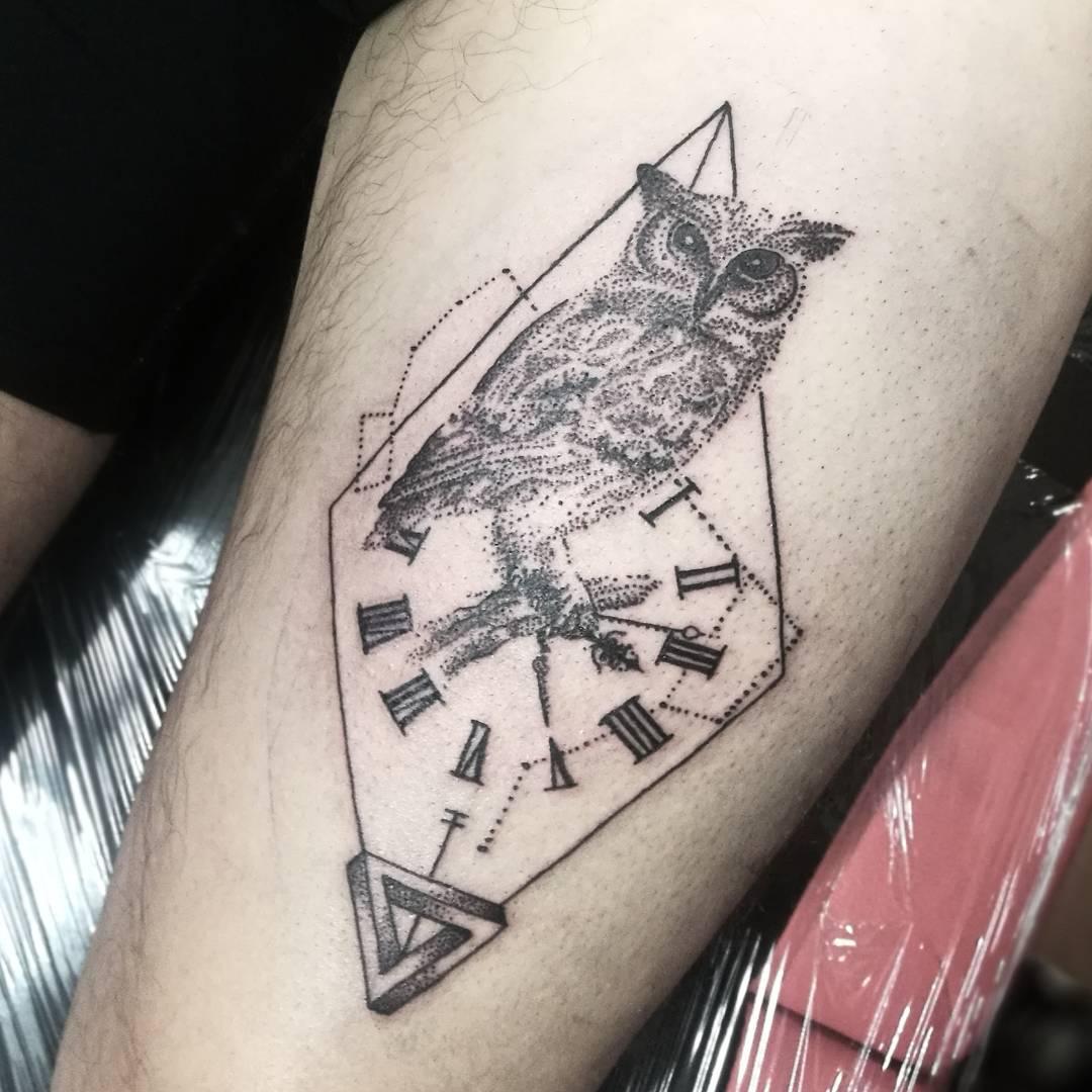 沈阳岸上公馆做美容的裴先生小腿写实钟表猫头鹰纹身图案